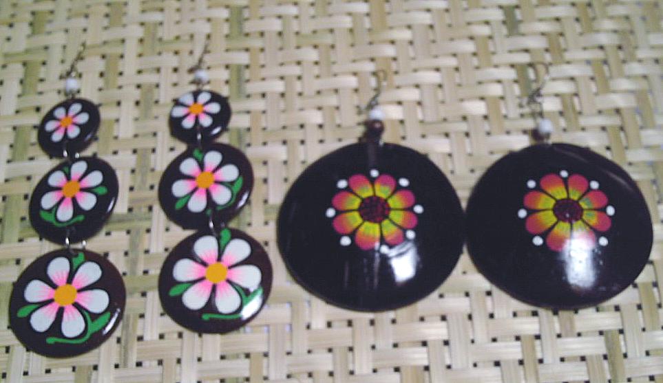 Boucles br´siliennes en noix de coco avec peintures de fleurs