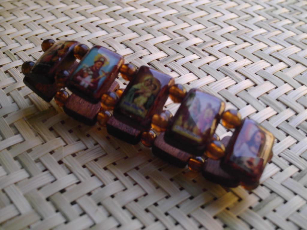 Pulsera brasile�a en madera con im�genes de los santos  de Brasil
