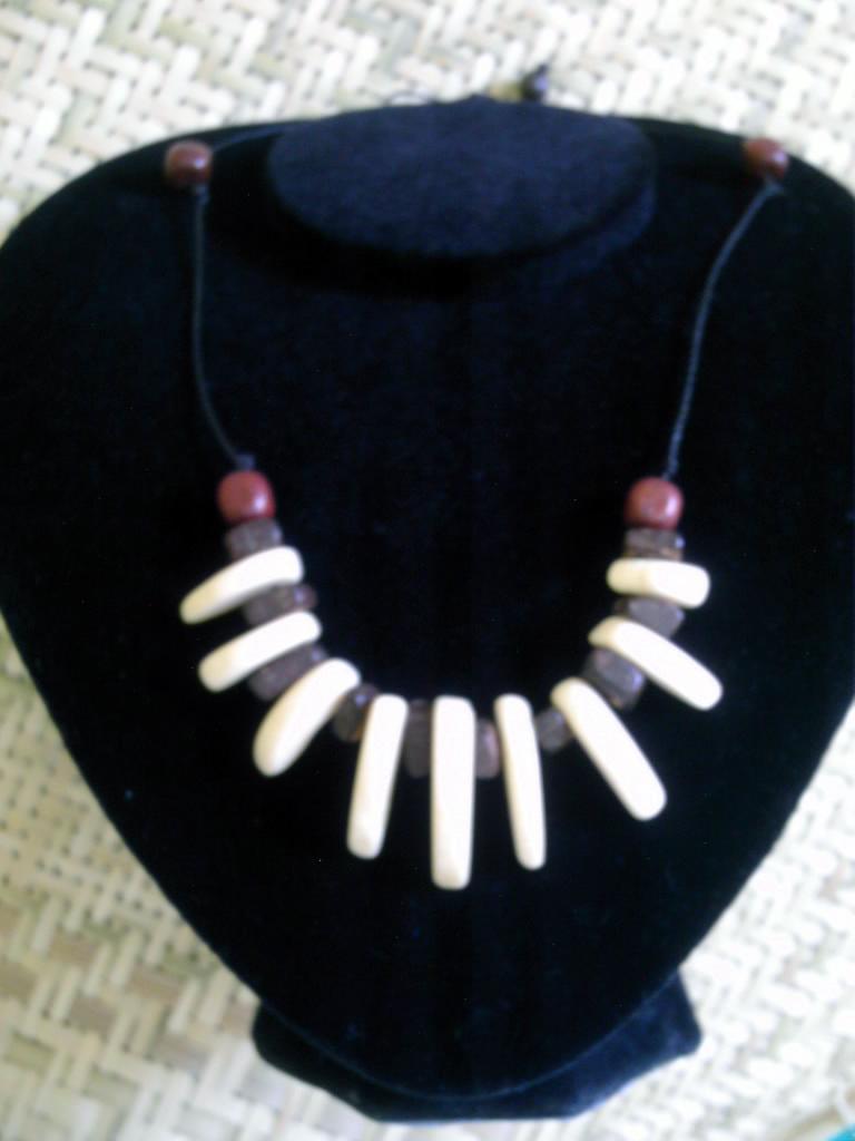 Cuello en perlas de coco con dientes en hueso