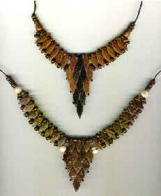 cuello ornamento triangular en rombos y perlas coco  y madera