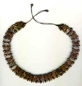 Cuello vuelta del cuello en rombos y perlas de coco