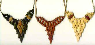 colares triangulares em losangos e p�rolas de madeira