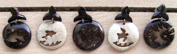 Boucles artisanales sculpltées et en relief, trabail sur la coquille de noix de coco - fait au Brésil