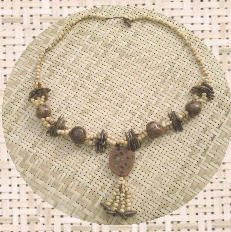 Long collier en graines de palmier et tranche de noix de baba�u