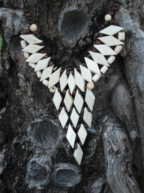 colar brasileiro de osso de zebu, com discos de nuezes de coco e sementes de palmeira