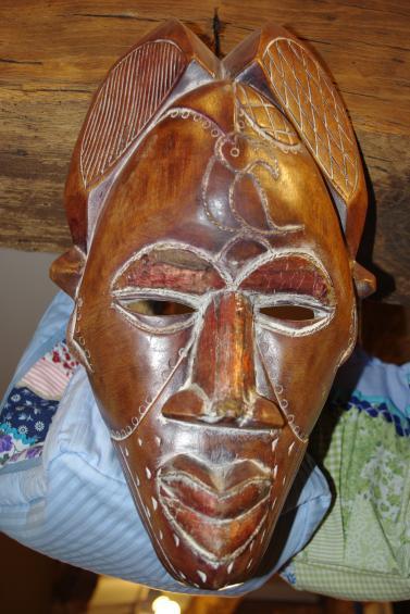 masque africain en cbois avec cuivre